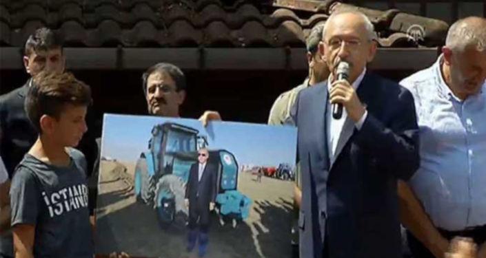 CHP Genel Başkanı Kemal Kılıçdaroğlu Rize Fındıklı'da halka hitap etti. Kılıçdaroğlu, Cmhurbaşkanı Erdoğan'ın sosyal medyada gündem olan 'galoşlu' fotoğrafına tepki gösterdi.
