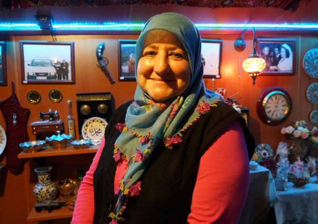Yakınlarını kanser nedeniyle kaybeden 60 yaşındaki Raziye Balcı, bu hastalığa yakalanma kaygısıyla İstanbul'dan ayrılarak yerleştiği Isparta'daki köy evinde 3 bin antika eserin yer aldığı müze oluşturdu.
