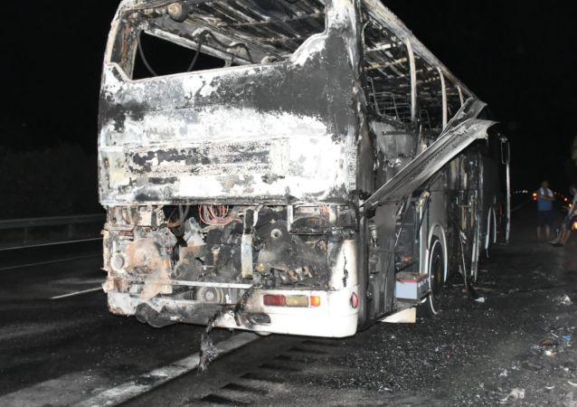 Çeşme'de tur otobüsü alev alev yanarak küle döndü