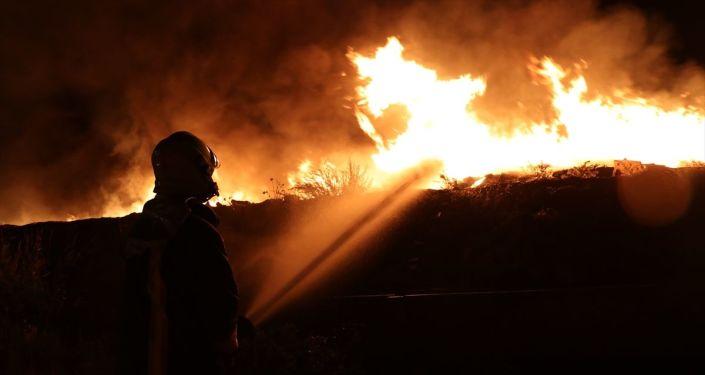 Denizli'nin Honaz ilçesindeki katı atık bertaraf tesisinde yangın çıktı.Ekipler, alevleri söndürmek için çalışmalarını sürdürüyor.