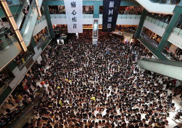 Hong Kong çapındaki grev kapsamında demokrasi yanlılarının New Town Plaza isimli AVM'deki işgal eylemi