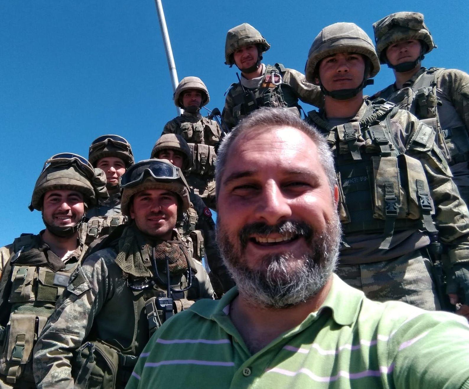 Kıdemli Savaş muhabiri İlker Akgüngör sahada Türk askerleriyle bir arada