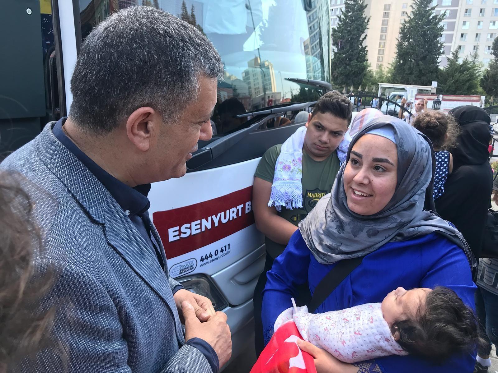 Ülkelerine kesin dönüş yapan Suriyeli sığınmacılar Esenyurt Belediye Başkanı Kemal Deniz Bozkurt'un katılımıyla Salı günü Esenyurt Belediyesi'nin eski binası önünden uğurlandı.