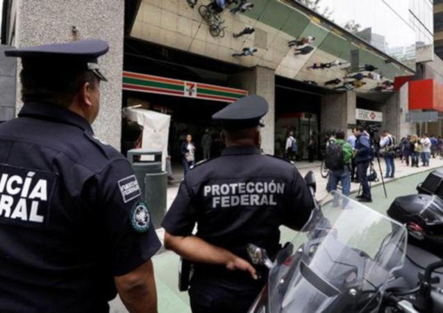 Meksika'nın başkenti Meksiko'da federal darphanenin silahlı kişiler tarafından soyulduğu bildirildi. Kent Kamu Güvenliği Sekreteri Jesus Orta Martinez, üç silahlı kişinin darphanedeki güvenlik görevlilerini etkisiz hale getirerek önceden kapısının açıldığı belirlenen kasayı soyduğunu söyledi.