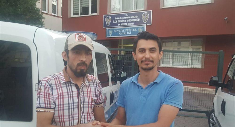 Bursa'nın İnegöl ilçesinde Suriyeli Muhammed Musa, yolda yürürken bulduğu ve içinde 2 bin 800 lira olan cüzdanı sahibine teslim etti.