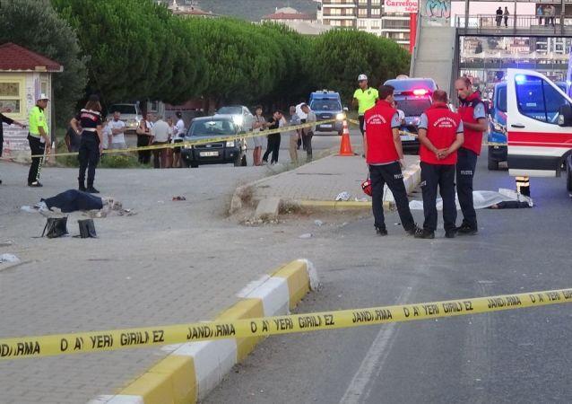 Balıkesir'in Edremit ilçesinde, bir minibüsün kaldırımdaki yayalara çarpması sonucu anne ve kızı öldü, 3 kişi yaralandı