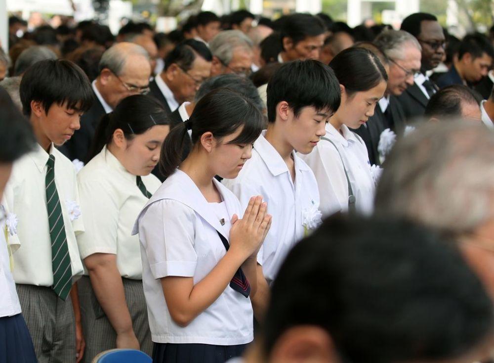 Sabahın erken saatlerinden itibaren Nagasaki'deki Barış Parkı'na gelen binlerce kişi, bombanın patladığı an olan 11.02'de sessizliğe bürünerek saygı duruşunda bulundu.
