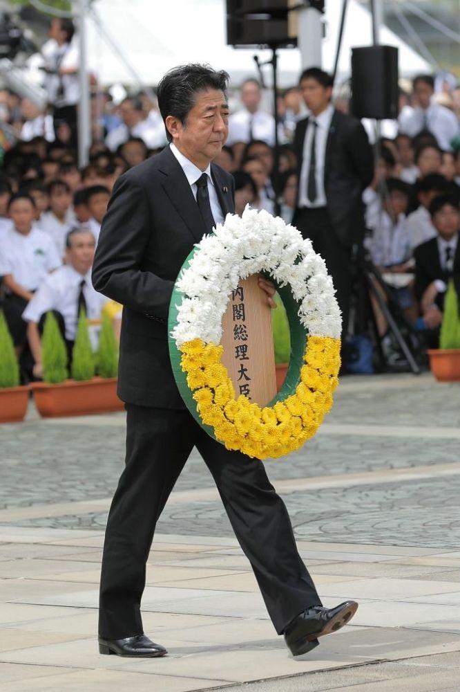"""Japonya Başbakanı Shinzo Abe ise, hükümete yöneltilen nükleer silahların yasaklanması anlaşmasını imzalamama eleştirilerine atıfta bulundu. Nükleer silahların yasaklanması için konuyu farklı bir yaklaşımla ele aldıklarını belirten Abe, """"Nükleer silah bulunduran devletler ile nükleer silahı olmayan devletler arasındaki mesafeyi kapatmaya çalışacağız. Her iki tarafın da işbirliği ile, diyalog yolunda ısrar edecek ve uluslararası toplumun çabalarına öncülük edeceğiz"""" diye konuştu. BM Genel Sekreteri temsilcisi Antonio Guterres ise, nükleer silah kullanımına karşı tek gerçek garantinin, söz konusu silahların kullanımının tamamen yasaklanması olduğunu söyledi."""