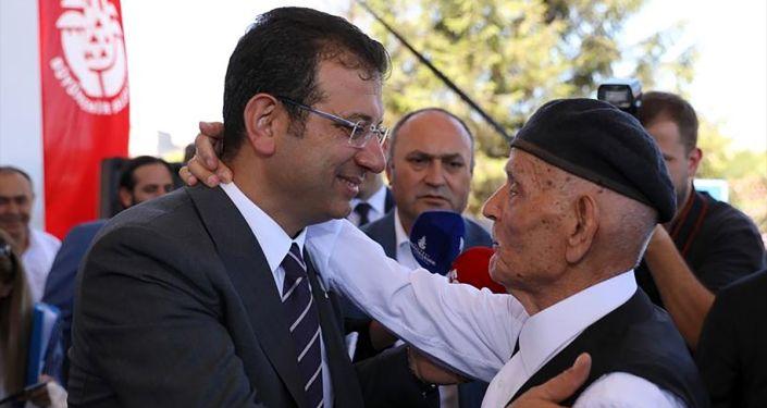 İstanbul Büyükşehir Belediye Başkanı Ekrem İmamoğlu, belediyenin Saraçhane'deki bahçesinde belediye çalışanlarıyla bayramlaştı.