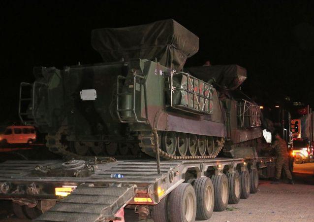 Suriye sınırındaki birliklere takviye amacıyla gönderilen askeri konvoy Şanlıurfa'nın Akçakale ve Suruç ilçesine ulaştı.