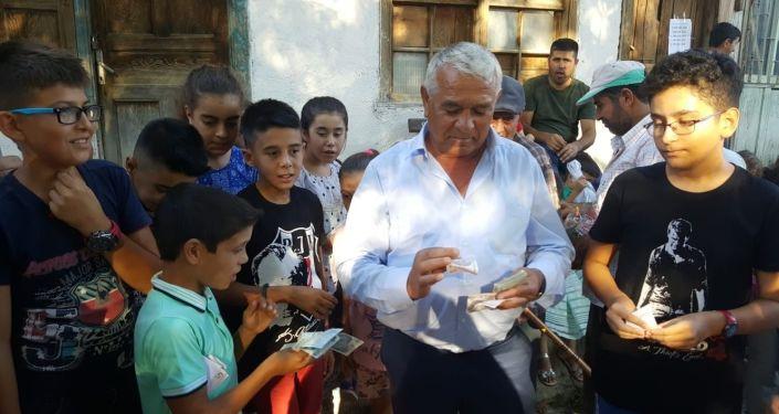 ANTALYA'DA İŞ ADAMI ÖMER ULUTAŞ, KÖYÜNDEKİ MEZARLIĞI ZİYARET EDEN HERKESE 10'AR, SERİ NUMARASI ÖZEL OLAN 5 KİŞİYE İSE BİNER LİRA DAĞITTI. (İHA/ANTALYA-İHA) Antalya'da iş adamı Ömer Ulutaş, köyündeki mezarlığı ziyaret edenlerin sayısını artırıp mezarlık ziyareti geleneğini yeni nesillere aktarmak için ziyaretçilere para dağıttı. Yaklaşık 500 kişiye 10'ar Tl veren İş adamı, paraların seri numaraları arasında çektiği kur'a ile de kazanan 5 kişiye 1000'er TL verdi. İş adamı mezarlık ziyaretinden toplam 10 bin TL dağıttı.