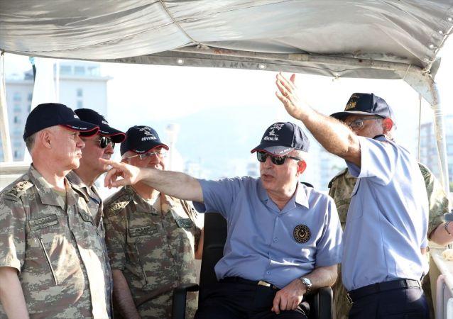 Milli Savunma Bakanı Hulusi Akar'ın, Genelkurmay Başkanı Orgeneral Yaşar Güler, Kara Kuvvetleri Komutanı Orgeneral Ümit Dündar, Deniz Kuvvetleri Komutanı Oramiral Adnan Özbal ve Hava Kuvvetleri Komutanı Orgeneral Hasan Küçükakyüz ile Kuzey Kıbrıs'taki temasları sürüyor. Helikopterle Yavuz sondaj gemisine refakat eden TCG Gemlik fırkateynine giden Akar ve TSK'nın komuta kademesi, faaliyetlere ilişkin deniz taktik resmi üzerinden brifing aldı, talimatlar verdi. Denizde egemenlik parolasıyla görev yapan geminin personeliyle de bir araya gelen Bakan Akar ve komutanlar, personelin Kurban Bayramı'nı kutladı.