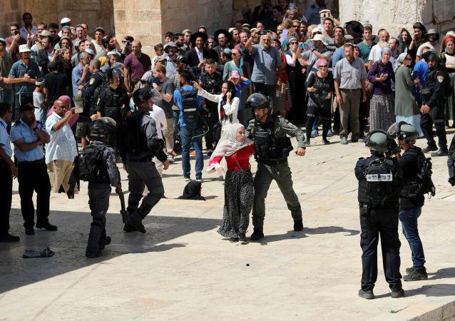 Bin 729 fanatik Yahudi, İbrani takvimine göre, Teşa BeAv adını verdikleri matem günü dolayısıyla Müslümanların Kurban Bayramı'nda İsrail polisi eşliğinde Mescid-i Aksa'ya baskın düzenledi