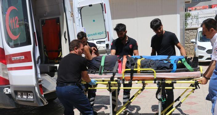 Adıyaman'ın Gerger ilçesine bağlı Ağaçlı köyünde yaşayan Mehmet Yeşilkaya, kesmeye çalıştığı boğanın altında kalarak ağır yaralandı. Yakınları tarafından Gerger Devlet Hastanesine kaldırılan Yeşilkaya, Kahta Devlet Hastanesi'ne sevk edildi.