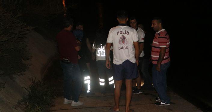 Adana'da kuzenini kurtarmak isterken sulama kanalında akıntıya kapılıp kaybolan çocuğun cesedi, suya battığı yerden 4 kilometre uzaklıkta bulundu.