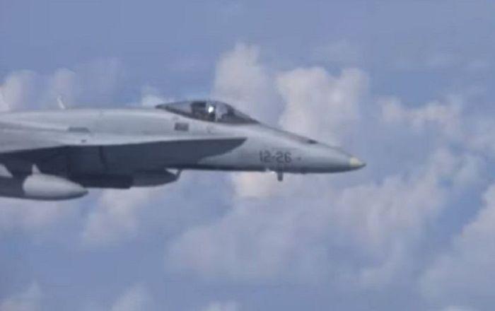Rusya Savunma Bakanı nın uçağına yaklaşmaya çalışan F-18 İspanya ya