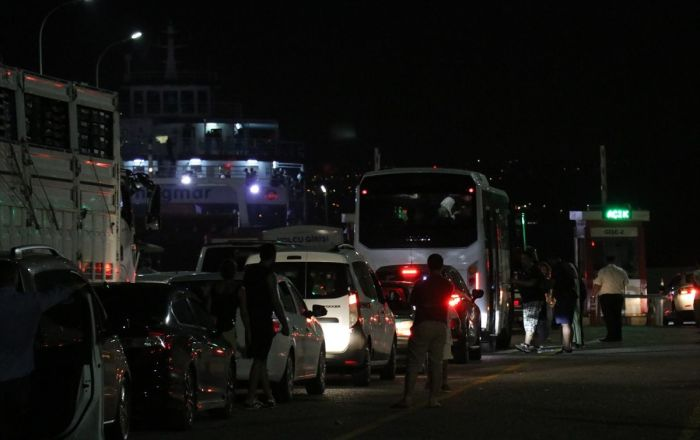 Tatilciler dönüş yolunda: Feribotlarda araç kuyrukları oluştu