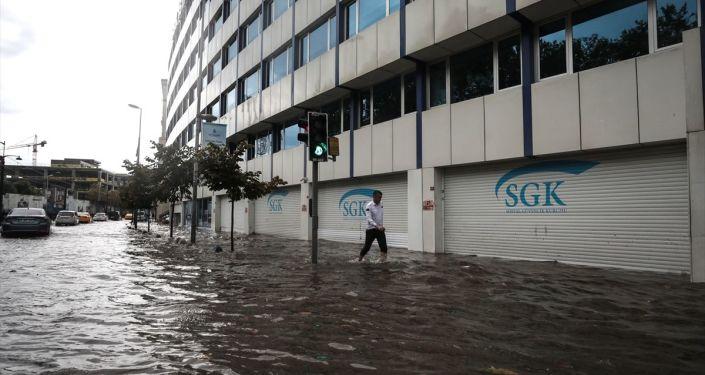 İstanbul'da öğle saatlerinden itibaren sağanak etkili oldu. Turistler ve vatandaşlar ani bastıran şiddetli yağmurdan korunmaya çalıştı.