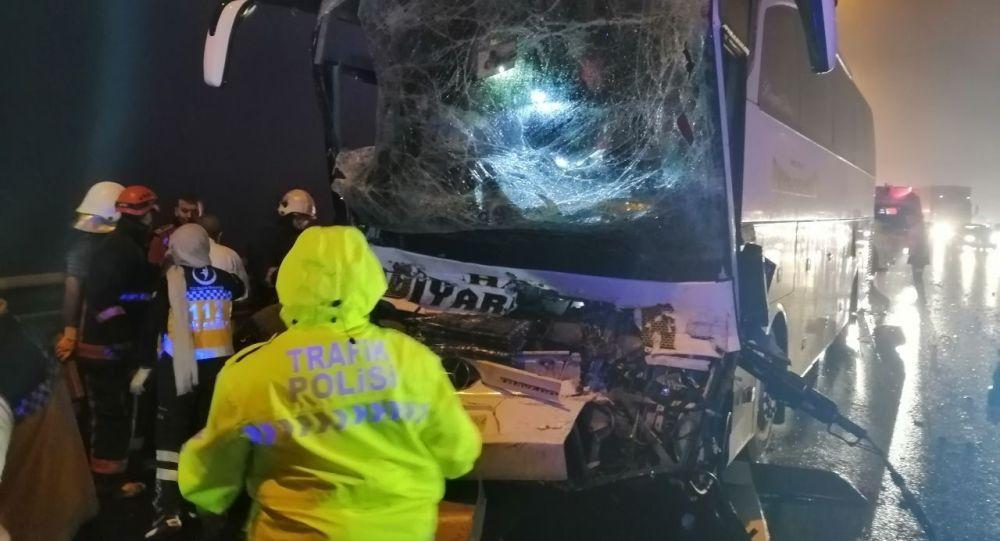 TEM Otoyolu'nda yolcu otobüsü kamyonla çarpıştı