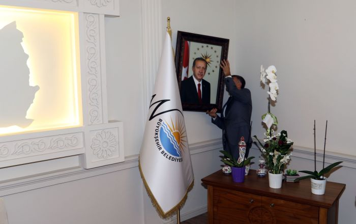 Van'a yeni Belediye Başkanı olarak atanan Vali Bilmez, ilk iş olarak makam odasına Erdoğan'ın fotoğrafını astı