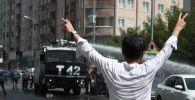 Kalabalıktan bazı kişiler TOMA'nın önüne geçerek zafer işareti yaptı.