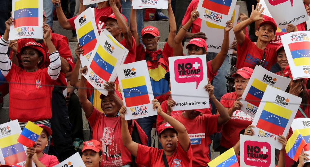 Caracas'ta Venezüella Devlet Başkanı Nicolas Maduro taraftarları ABD yaptırımlarını Trump karşıtı posterlerle protesto ederken