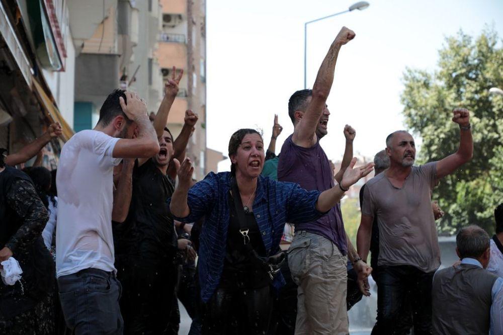 Belediye önündeki Elazığ Caddesi ve bu caddeye çıkan tüm yollar polis bariyerleriyle kapatıldı, caddelere çok sayıda polis eşliğinde TOMA araçları ile zırhlı araçlar konumlandırıldı.