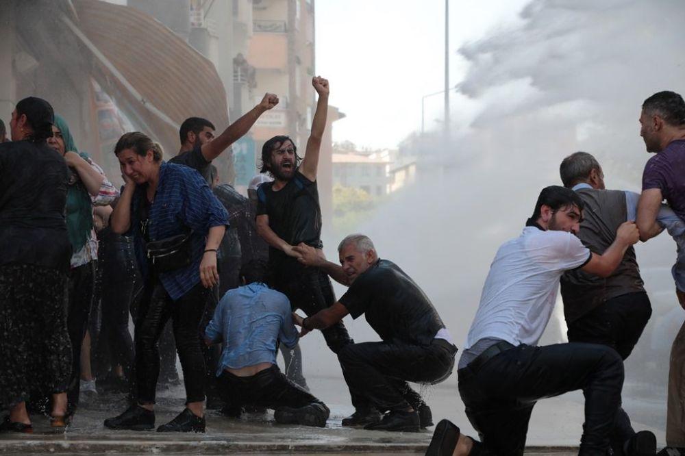 Protesto için gelenler gruplar halinde ara sokaklardan belediye binasına ulaştı.