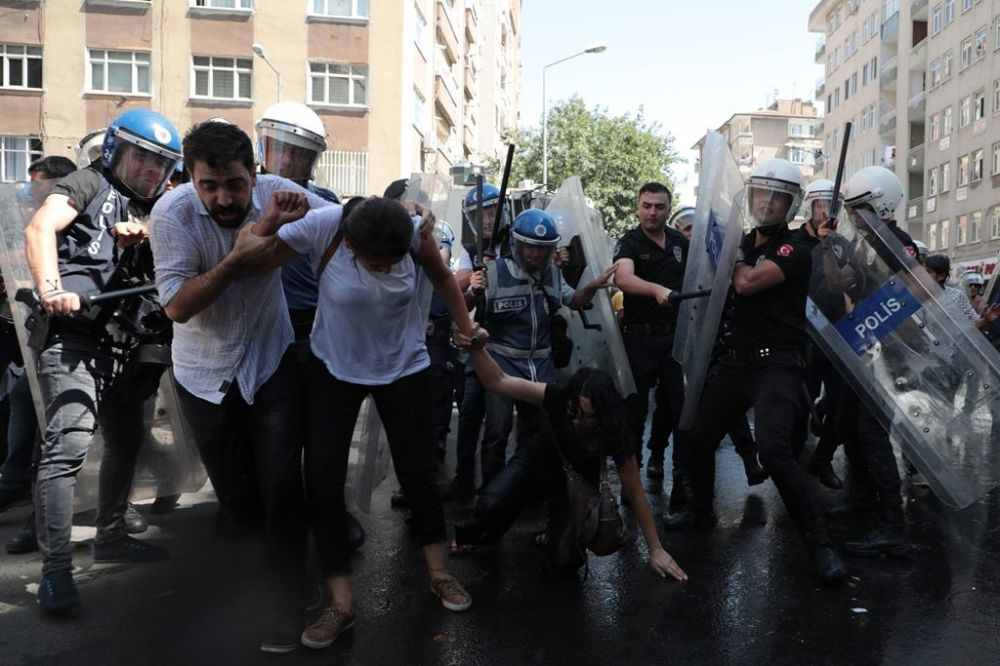 Slogan ve alkış atanlara polis tazyikli su ile müdahale ederken, kalabalık dağılmamakta ısrar etti.