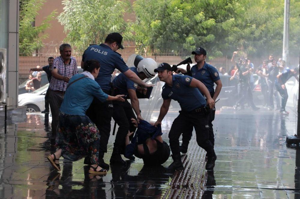 """""""Gidin bakın belediyenin halini görün"""" diyen Temelli """"Kayyımın halini görün ablukalara bakın. Direncimizi, irademizi kırmak için akla hayale gelmeyen yöntemlerle, fezlekelerle, uyduruk gerekçelerle belediye başkanlarımız görevlerinden alındı. Bu gaspçı anlayışı kabul etmiyoruz. Kürt halkının iradesine yönelik, Kürt halkının özgürlük, demokrasi ve barış mücadelesine yönelik bu saldırıyı kabul etmiyoruz. Bu saldırı sadece Kürt halkına yönelik değildir, bu saldırı İstanbul'a, İzmir'e, emekçilere, kadınlara yöneliktir. Bu saldırıyı kabul etmiyoruz. Bu darbeci zihniyet tam 4 yıldır bu ülkeye zulümden, şiddetten başka bir şey vermedi. Ama inatla her gün meydanlarda olacağız her gün konuşacağız, her gün hakikatin sesini onlara karşı haykırmaya devam edeceğiz. Hakikatin sesi susmayacak, HDP'nin sesi susmayacak"""" şeklinde konuştu."""