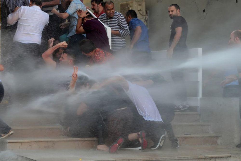 Açıklamanın ardından polis kalabalığa tekrar dağılma uyarısı yaptı. Kalabalık dağılmayınca tazyikli su ile müdahale başladı. Müdahaleye direnen kalabalık dağılmamakta ısrar edince polis 3 yıl aradan sonra gaz bombası kullanarak kabalığı dağıttı. Ara sokaklarda toplanarak tekrar dönen kalabalığa tekrar TOMA'larla müdahale etti. Müdahalenin ardından kalabalık bir grup valilik binasına doğru yürüyüşe geçti. Harekete geçen polis kalabalığa tazyikli su ile müdahale ederek valilik binasına yaklaştırılmadı.