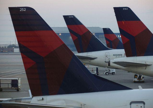 Salt Lake City havaalanındaki Delta Havayolları yolcu uçakları