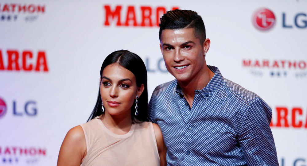 Cristiano Ronaldo, Temmuz 2019'da MARCA Efsane Ödülü'nü alırken hayat arkadaşı Georgina Rodriguez ile poz verdi.