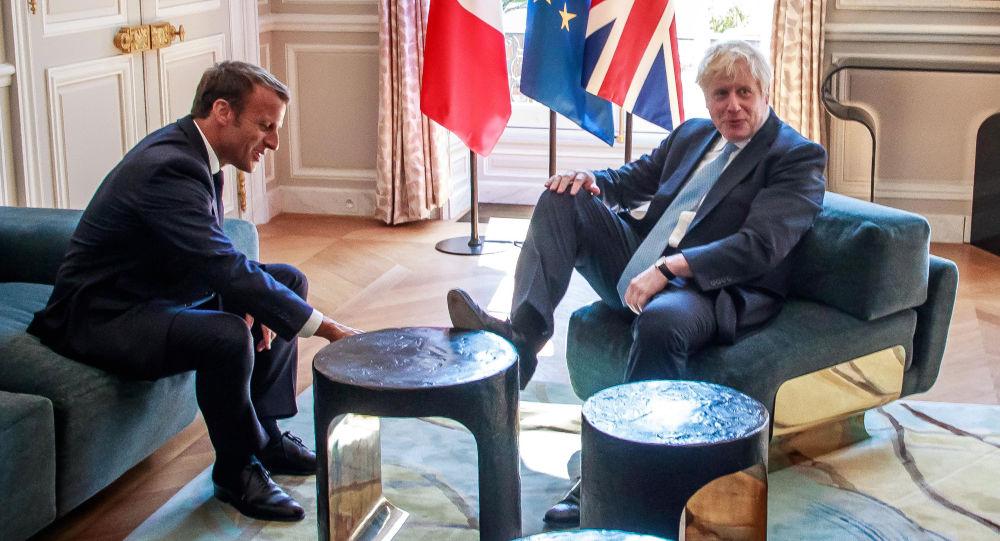 İngiltere'nin yeni Başbakanı Boris Johnson resmi temaslarındaki rahatlığı ile dikkat çekti.