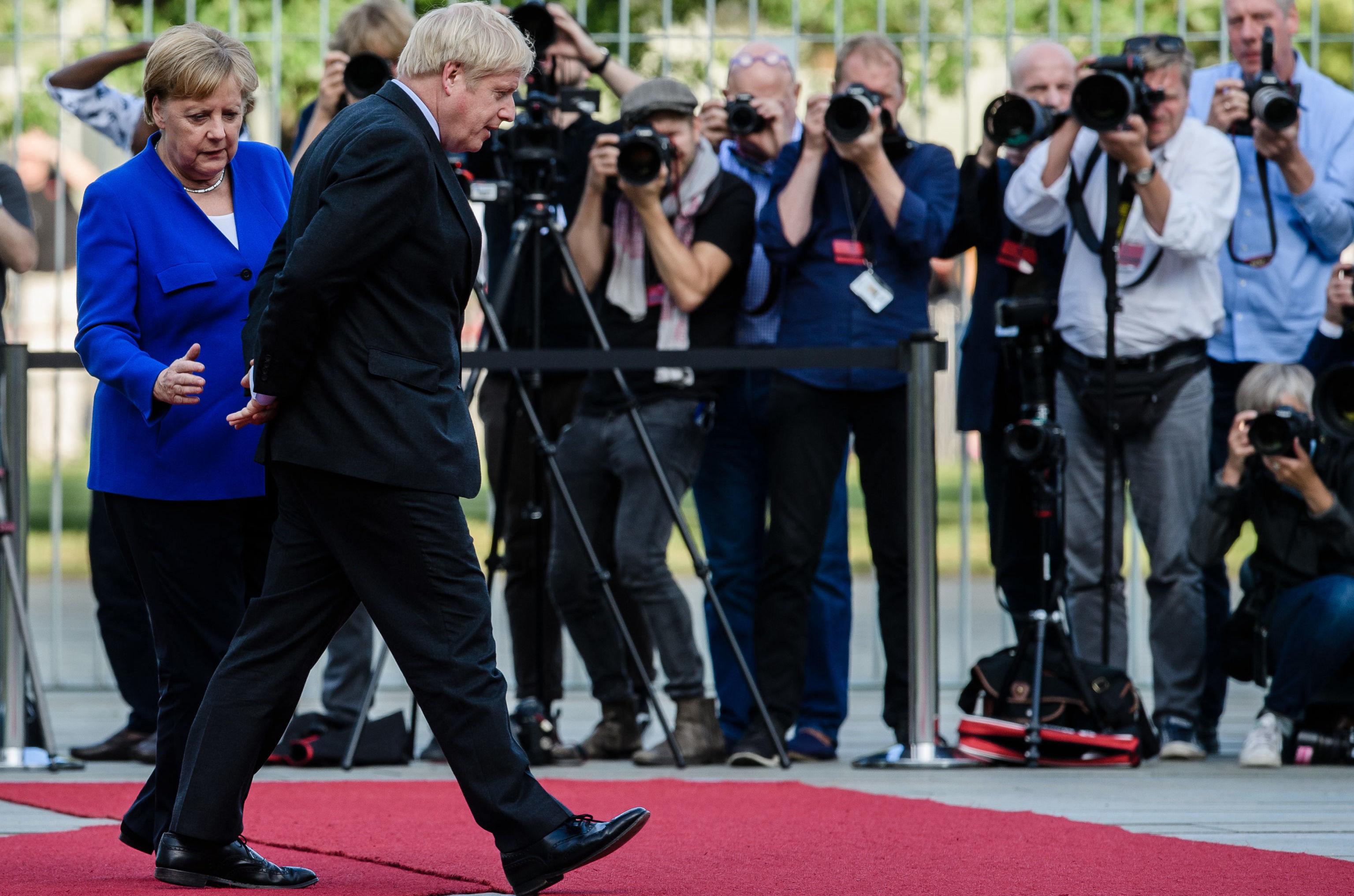 Johnson, Almanya'ya yaptığı ilk resmi gezisinde elleri arkada yürüdü.