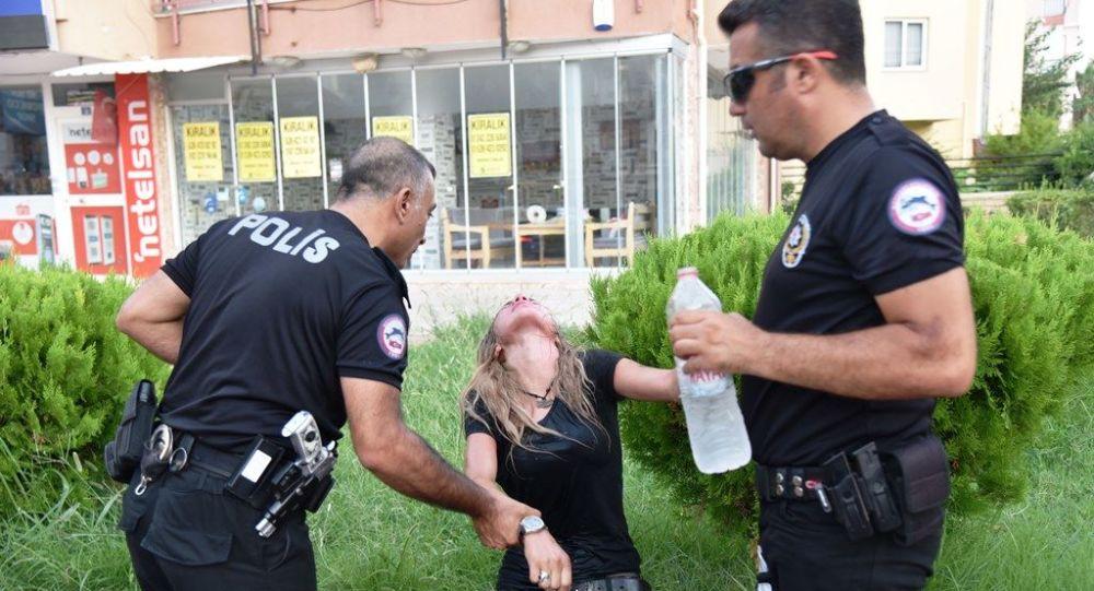 Antalya'da polisin 'dur' ihtarına uymayarak aralarında ekip otosunun da bulunduğu 5 araca çarpan 2.40 promil alkollü sürücü Rüya E., kendisini aracına kilitleyerek polise zor anlar yaşattı. Sıcaktan bunalıp araçtan inen sürücü, götürüldüğü hastaneden de kaçmaya kalkıştı. Rüya E. ilk ifadesinde kaza yapamadığını iddia ederek, Ben otomobillere çarpmadım, onları öptüm dedi.