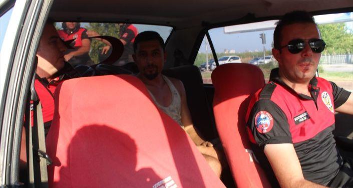 Adana'da trafikten men edilmiş, üzerinde haciz bulunan otomobil sahte plaka takılmış halde trafikte ele geçirildi. Polis, araç sürücüsü ve sahibi Fatih K'ya ehliyetsiz araç kullanma ve sahte plaka nedeniyle 9 bin lira ceza kesti.