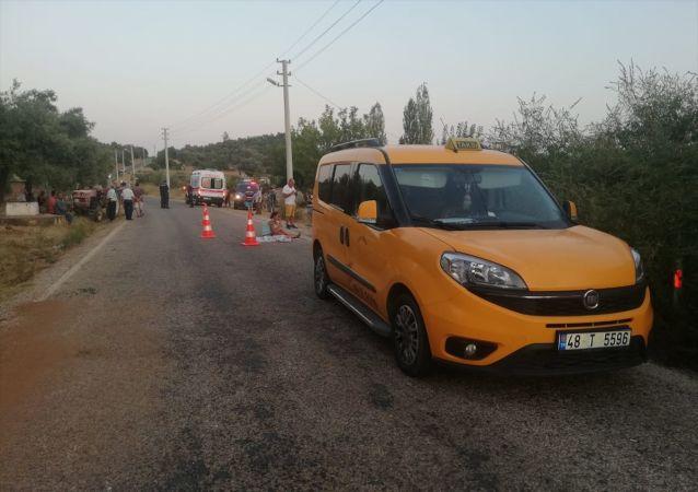 Muğla'nın Menteşe ilçesinde 3 yaşındaki kız çocuğu, doğum gününden bir gün sonra ticari taksinin çarpması sonucu yaşamını yitirdi.
