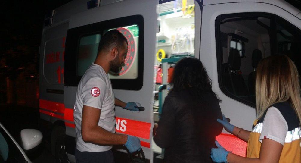 Adıyaman'da gece geç saatlerinde bir kadın, ağabeyi tarafından sokak ortasında öldüresiye dövüldükten sonra bıçaklandı.
