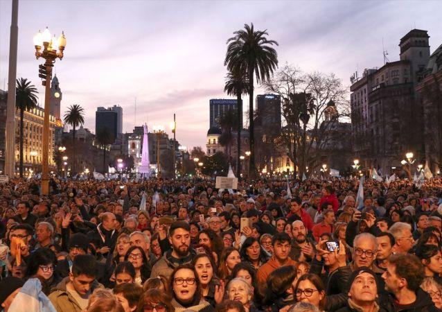 Arjantin'in başkenti Buenos Aires'te binlerce kişi Devlet Başkanı Mauricio Macri'ye destek gösterisi düzenledi. Göstericiler, şehrin merkezindeki Obelisco Dikilitaşında toplanarak Devlet Başkanlığı Binası Casa Rosada'ya kadar yürüdü.