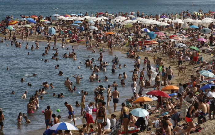 Barselona polisi, plajlardaki hırsızlığa karşı 'yardım kitleri' dağıtıyor