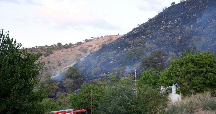 Kayseri'de evine akrep girmesine kızan kişinin bahçesinde yaktığı ateş, 50 dekarlık arazideki otları da küle çevirdi.