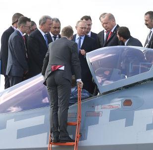 Başkent Moskova'nın hemen dışında yer alan Jukovskiy şehrinde düzenlenen MAKS-2019 Fuarı'nda Rus lider Putin ve Cumhurbaşkanı Erdoğan, Rusya'nın beşinci nesil savaş uçağı Su-57'yi inceledi. Komsomolskaya Pravda muhabiri Dmitriy Smirnov'un aktardığına göre böylelikle 'Erdoğan, bir Su-57 uçağının kokpitine göz gezdiren ilk yabancı lider oldu.'