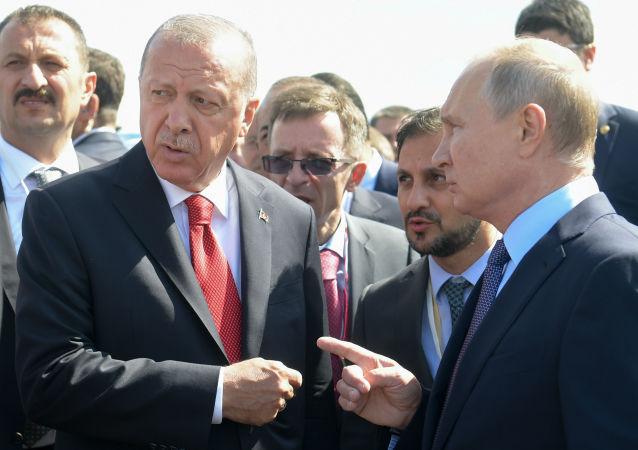 Türkiye Cumhurbaşkanı Recep Tayyip Erdoğan, Rusya'nın başkenti Moskova'daki Jukovskiy Uluslararası Havaalanı'nda düzenlenen MAKS–2019 Uluslararası Havacılık ve Uzay Fuarı'nın açılış törenine katıldı.