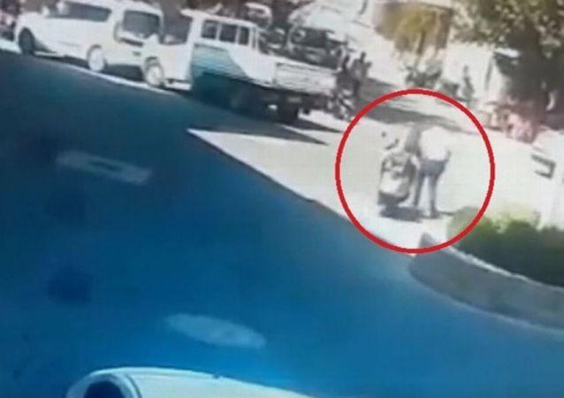 Acemi sürücü motosikletle aynı yayaya saniyeler içerisinde iki kez çarptı