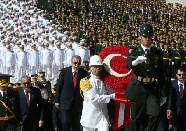 Türkiye Cumhurbaşkanı Recep Tayyip Erdoğan başkanlığındaki devlet erkanı, 30 Ağustos Zafer Bayramı ve Türk Silahlı Kuvvetleri Günü dolayısıyla Anıtkabir'i ziyaret etti.