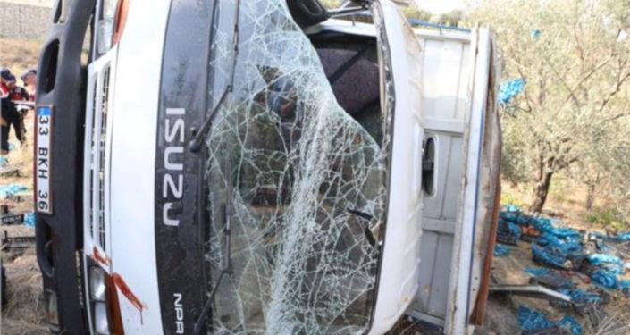 Mersin'de şeftali yüklü kamyonun kontrolden çıkarak şarampole devrilmesi sonucu meydana gelen kazada 4 kişi hayatını kaybetti. Kazada yaralanan 11 kişinin ise tedavisinin devam ettiği bildirildi. Ölenlerin kimlikleri ise belirlenmeye çalışıyor.