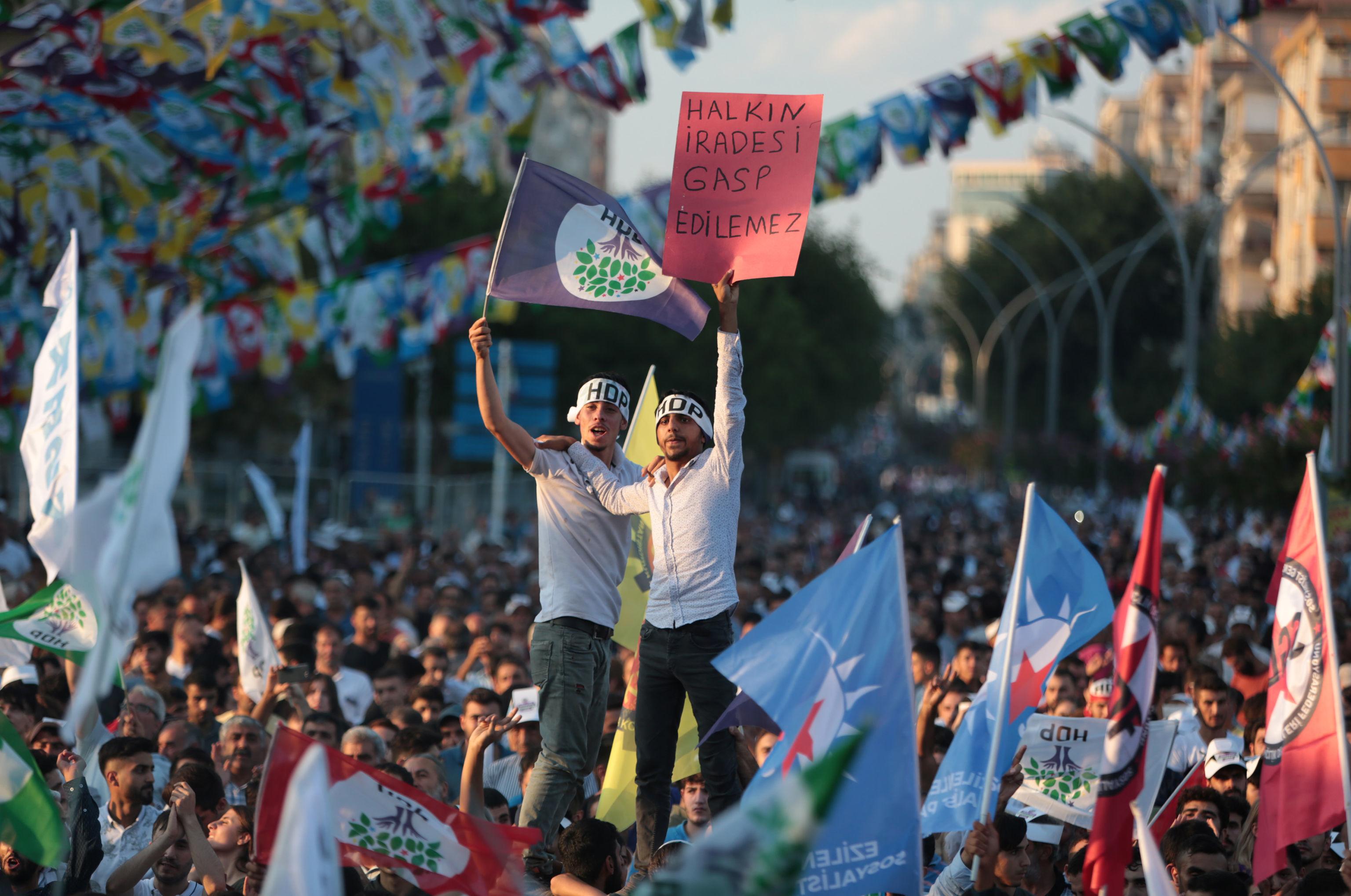 Diyarbakır'da düzenlenen 1 Eylül Dünya Barış Günü mitingi kayyum protestosuna dönüştü.