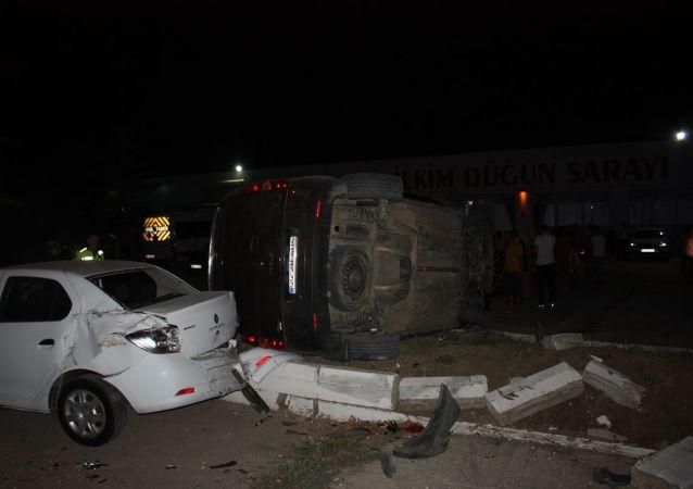 Edirne'nin Keşan ilçesinde sığınmacıları taşıyan aracın kaza yapması sonucu 14 kişi yaralandı.