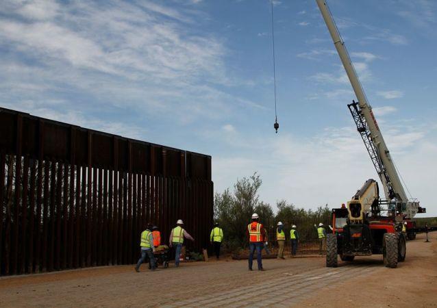 ABD'de Başkan Donald Trump yönetimi, Meksika sınırında duvar inşasına, Savunma Bakanlığı (Pentagon) bütçesinden 3.6 milyar dolar aktarıyor.